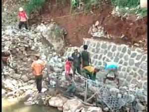 Pelaksana Gunakan Material di Lokasi